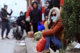 Người dân vạ vật ở lề đường chờ bắt xe về quê nghỉ Tết Dương lịch dưới thời tiết 10 độ C