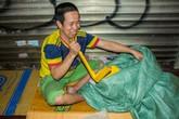 Người vô gia cư ở Hà Nội co ro trong đêm rét buốt đến tê người