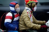 Tuyệt chiêu giữ ấm khi đi xe máy những ngày mưa rét
