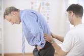 Đau lưng ở người cao tuổi: Dấu hiệu cảnh báo nhiều loại bệnh