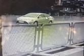 """Hà Nội: Lái xe con """"liều mình"""" đi lùi trên đường vành đai 3"""