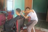 Người đàn ông 20 năm vừa chống nạng, vừa cắt tóc cho khách