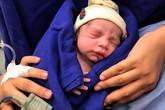 Cận cảnh em bé đầu tiên ra đời từ… tử cung người đã mất