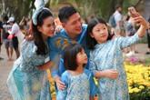 Bình Minh đưa vợ con đi dạo đường hoa, chụp ảnh Tết