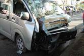 Ô tô khách nổ lốp rồi lao vào dòng xe máy ngày đi làm đầu năm