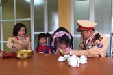 Hà Nội: 2 em nhỏ bị lạc tại bến xe Nước Ngầm được giúp tìm về với gia đình