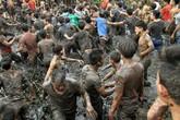 Hội cướp phết Hiền Quan vỡ trận, hàng trăm thanh niên dìm nhau xuống bùn đen
