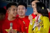 Hành động đáng yêu của Mỹ Tâm khi được cầu thủ U23 Việt Nam tặng quà