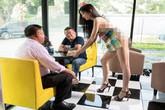 Quán café gây 'choáng' với nữ phục vụ mặc đồ... cũng như không