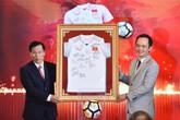 Trao 20 tỷ tiền đấu giá áo, bóng của đội U23 Việt Nam cho các huyện nghèo