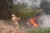 Con vi phạm giao thông, phụ huynh tới châm lửa đốt xe trước mặt CSGT