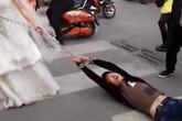 Chú rể bị cô dâu xích tay kéo trên phố vì trốn đám cưới của chính mình