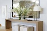 Chỉ cần một chiếc bàn nhỏ đủ khiến cho lối hành lang gia đình bạn đầy thu hút