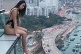 Cô gái bị chỉ trích vì mặc áo tắm ngồi thò chân trên mép tầng 33