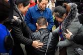 Rơi nước mắt cảnh người đàn ông điếc quỳ gối trước cha già sau 25 năm bị bắt cóc