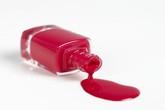 Mách cách loại bỏ vết sơn móng tay dính trên quần áo nhanh gọn trong tích tắc