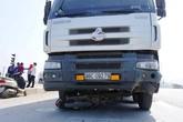 Nghệ An: Xe tải kéo lê xe máy hàng chục mét, hai người thương vong