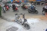 Chiếc xe máy bốc cháy ngùn ngụt, chủ phương tiện vẫn liều mình mở cốp lấy đồ