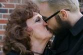 Chuyện chăn gối viên mãn của chàng trai 19 với vợ 72