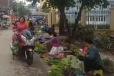 Vỉa hè nhiều nơi ở Hà Nội – như chưa hề có cuộc… ra quân (2): Họp chợ ngay dưới biển cấm