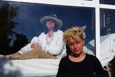 Người phụ nữ 13 năm sống trong lồng kính, không được chạm vào ai, một năm chỉ được ôm con ruột 2 lần