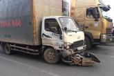 Đâm vào đuôi xe khách, người đi xe máy bị taxi tải tông tử vong