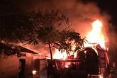 Xưởng gỗ hàng trăm m2 bốc cháy dữ dội trong đêm ở Hà Nội