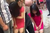 Nhẫn nhịn nhìn chồng qua lại với bồ nhí suốt 2 năm, cuối cùng người vợ tìm đến đánh ghen bắt cô nhân tình quỳ gối giữa đường