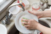 Rửa bát hàng ngày mà chị em không biết những mẹo này thì rửa vừa lâu lại chẳng sạch