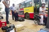 Xe buýt Hà Nội nhăm nhăm… chở hàng