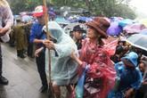 Xúc động dòng người dầm mình trong mưa dâng hương ngày giỗ Tổ