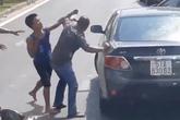 Va chạm giao thông, 2 người đàn ông lao vào đánh nhau như phim chưởng giữa đường