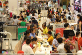 Trốn nóng, người Sài Gòn 'vây kín' trung tâm thương mại dịp lễ