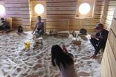 Chủ quán cà phê Sài Gòn đưa cả bãi biển về trong phố để phục vụ khách