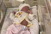 Phát hiện bé gái vừa chào đời bị bỏ trong túi nilon