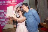 Chàng trai mang giày Việt đến gần người tiêu dùng bằng kinh doanh online