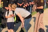 70 cảnh sát đưa con trai của đồng nghiệp hy sinh đến trường