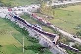 Giây phút kinh hoàng tàu khách đâm xe tải chở đá khiến 2 người chết, 8 người bị thương