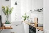 """Nhờ sử dụng gam màu này mà những căn bếp diện tích chưa đến 10m² trở nên rộng """"thênh thang"""""""