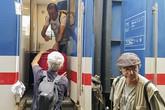 Hành khách tàu SE19 giúp nhau thoát khỏi toa xe lật