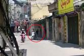 Hà Nội: Cô gái chửi bới đuổi theo thanh niên cởi trần ngồi sau xe máy không rõ nguyên nhân