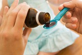 Từ cháu bé 5 tuổi phải cấp cứu đến những hệ lụy khôn lường khi tự ý dùng thuốc ho cho trẻ