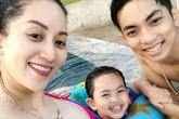 Khánh Thi diện bikini, khoe bụng bầu gần 8 tháng bên chồng con