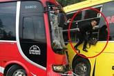 Hai xe khách đối đầu, hành khách phá cửa kính thoát thân