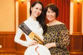 Mẹ đẻ Dương Thùy Linh đi theo chăm sóc con gái trong cuộc thi Mrs Worldwide
