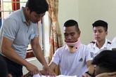 """Nghệ An: Thí sinh mang """"nẹp cổ"""" dự thi vì bị tai nạn"""