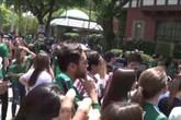 Cổ động viên Mexico vây kín sứ quán Hàn Quốc để ăn mừng