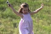 Công chúa Charlotte mê bóng đá từ khi 17 tháng tuổi