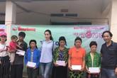 Hoa hậu Đỗ Mỹ Linh giản dị đi cứu trợ đồng bào bị mưa lũ
