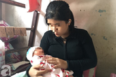 Mẹ bỏ đi lấy chồng, bé gái 14 tuổi bị xâm hại đến mang thai rồi phải một mình chăm con nhỏ 8 ngày tuổi